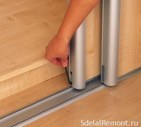 How to remove the gap between the door and the wall closet coupe photo