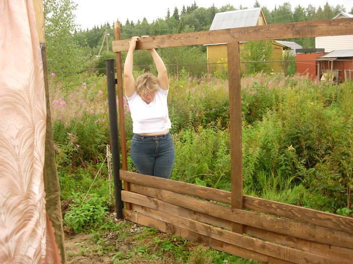 Как сделать плетёный забор из досок своими  973