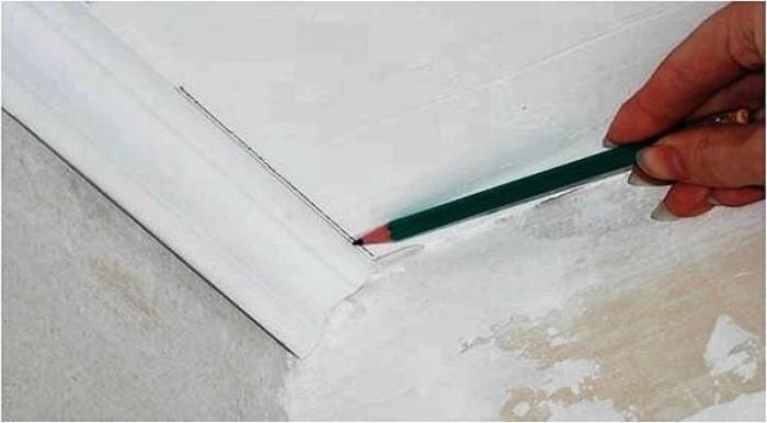 Как вырезать углы на потолочных плинтусах в домашних условиях 669