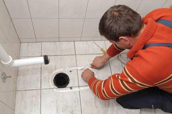 cherez-otverstie-v-stene-tualeta