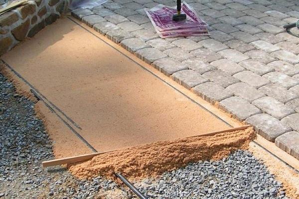 Укладка дорожек тротуарной плиткой своими руками 32